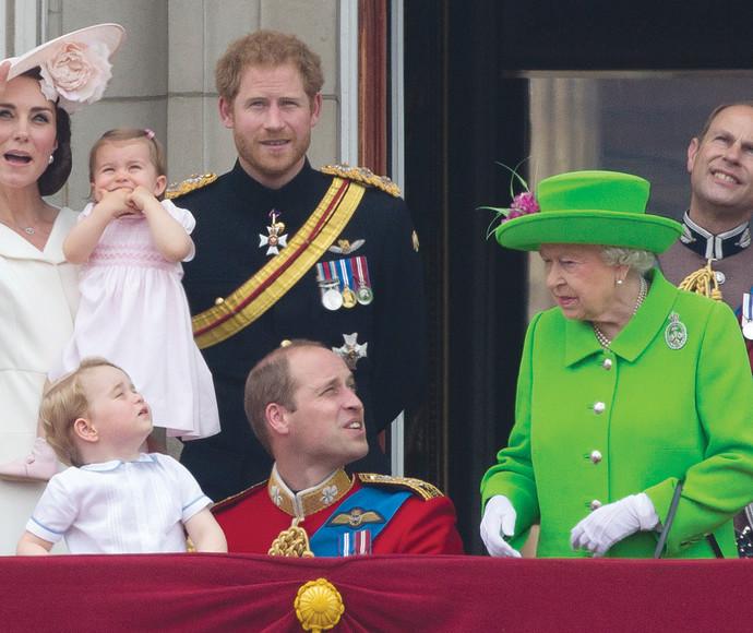 המלכה אליזבת עם נכדיה וויליאם והארי