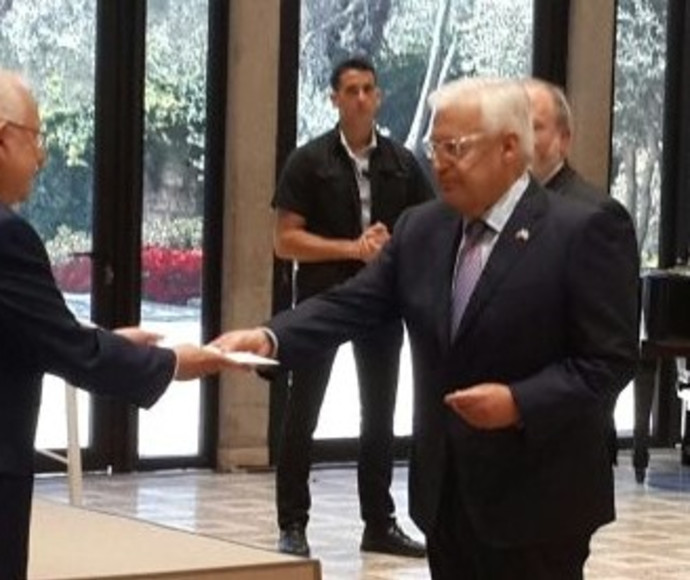 דייויד פרידמן מגיש את כתב האמנה לנשיא ריבלין