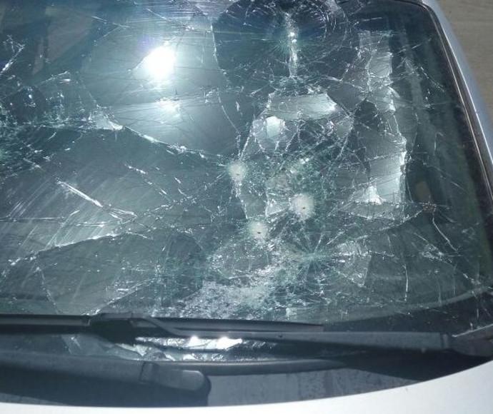 שמשמת רכב שהתנפצה במהומה בחווארה