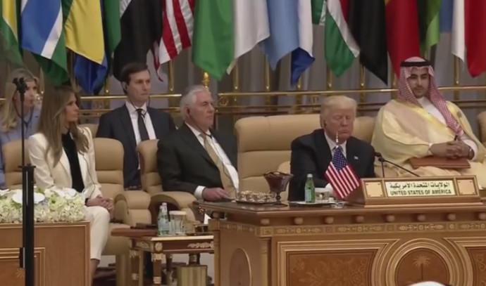 דונלד טראמפ מתכונן לנאום בערב הסעודית