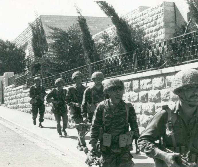 חיילים בדרך לגבעת התחמושת
