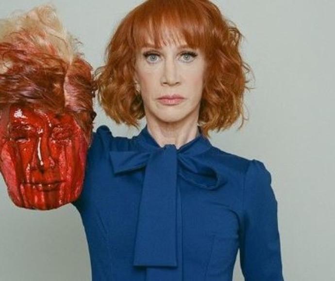הקומיקאית קתי גריפין עם הבובה בדמות טראמפ