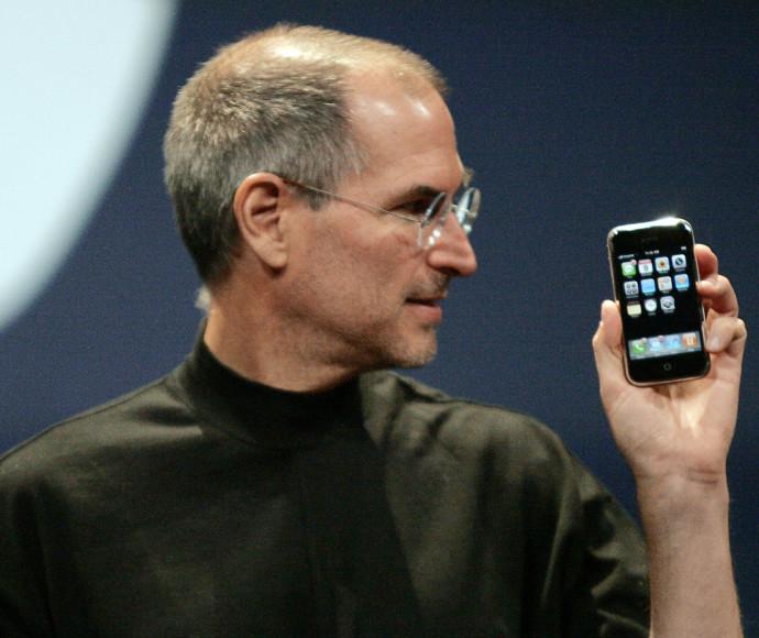 סטיב ג'ובס מציג את האייפון הראשון