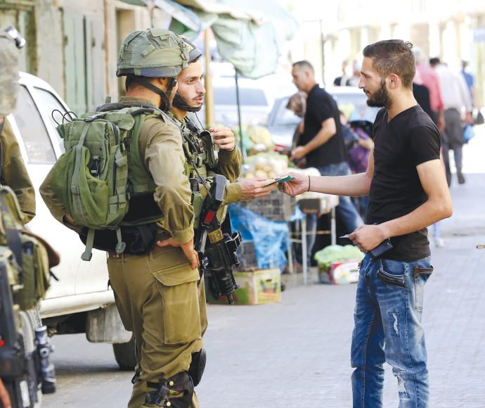 """לוחמי צה""""ל ופלסטיני בחברון"""