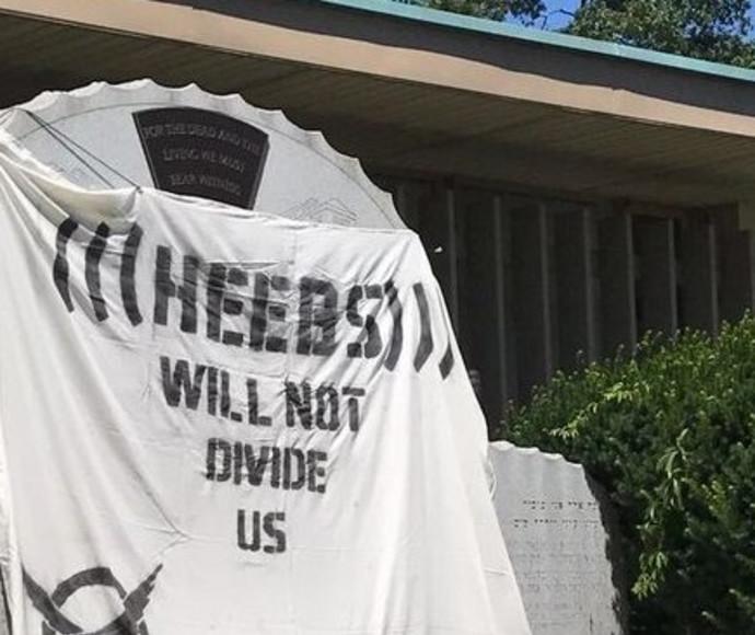 הכרזה שנתלתה מחוץ לבית כנסת בניו ג'רזי