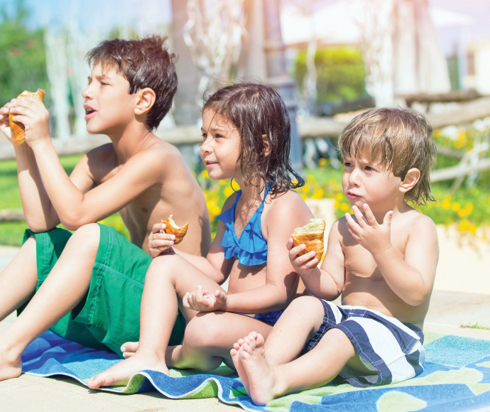 ילדים אוכלים בבריכה
