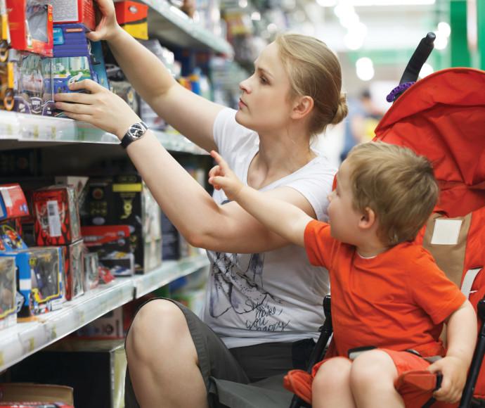 אישה עם הילד שלה בחנות צעצועים