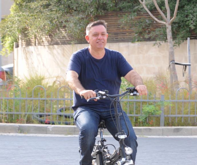 אבי גבאי מפדל על אופניו