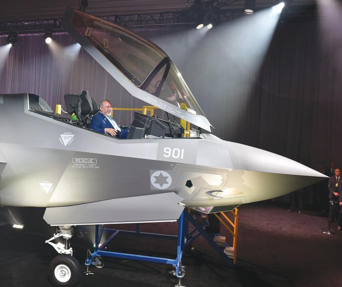 אביגדור ליברמן במטוס ה-F35