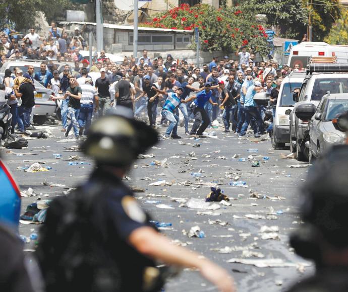 עימותים בין שוטרים למתפללים מוסלמים