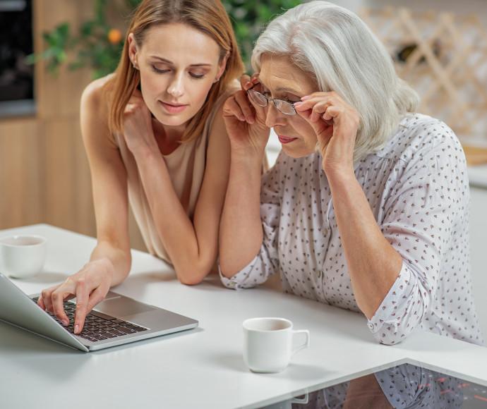 אמא ובת מתעסקות במחשב, צילום אילוסטרציה
