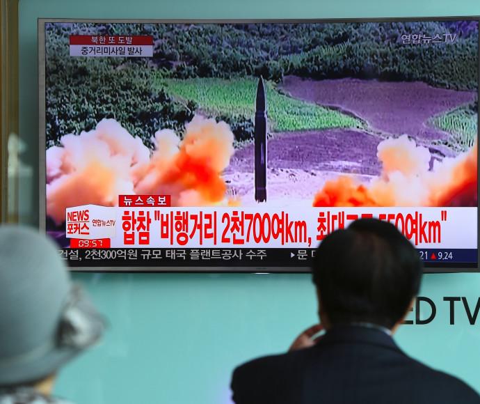 אזרחים יפנים צופים בשיגור של קוריאה הצפונית