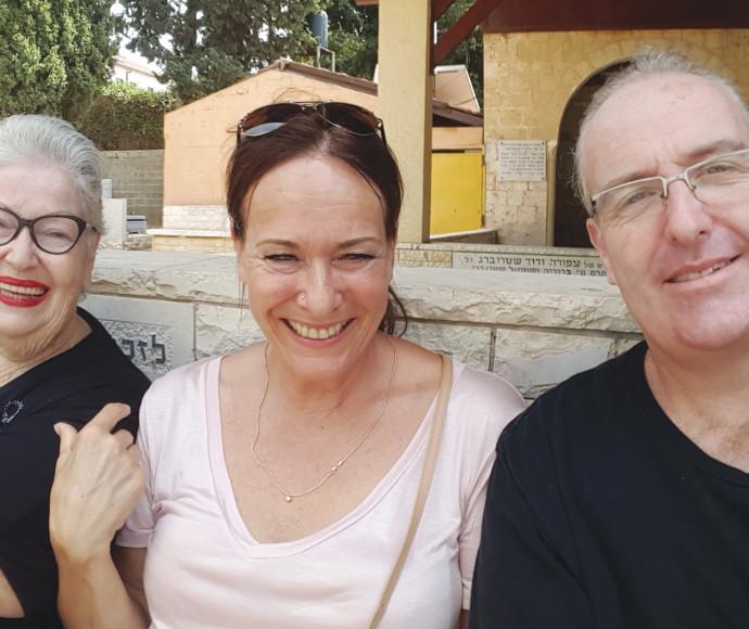 סאם, דיאנה ובלהה בבית העלמין בזיכרון יעקב