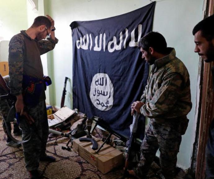 אמצעי לחימה שנמצאו בעמדה של דאעש בא-רקה (ארכיון)