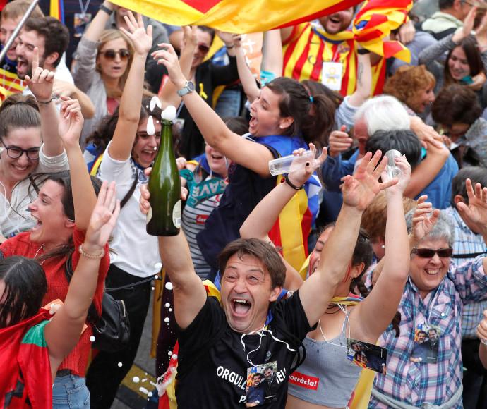 תושבי קטלוניה חוגגים לאחר אישור הפרלמנט את הכרזת העצמאות