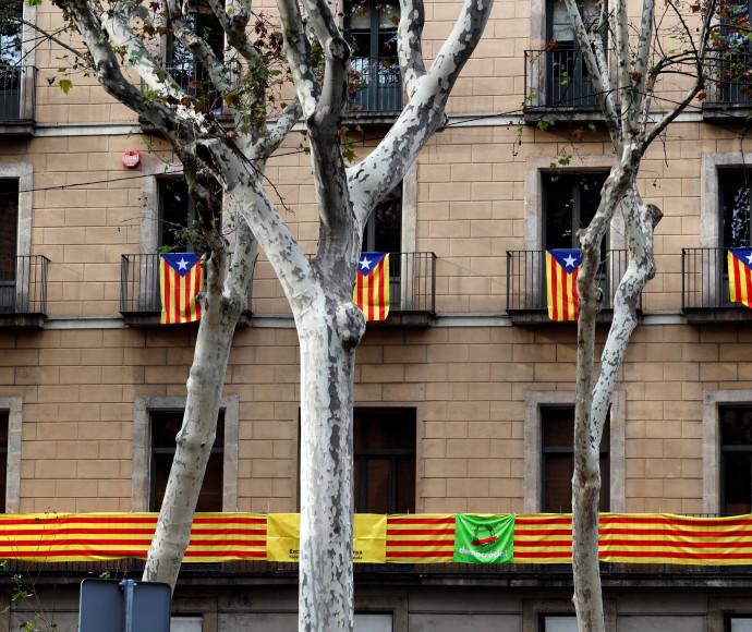 דגלי קטלוניה תלויים בברצלונה