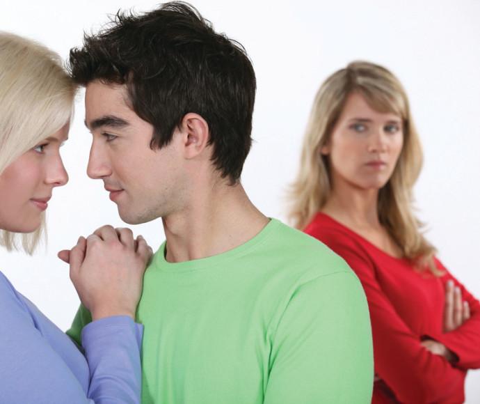 אישה מסתכלת על זוג צעיר, אילוסטרציה