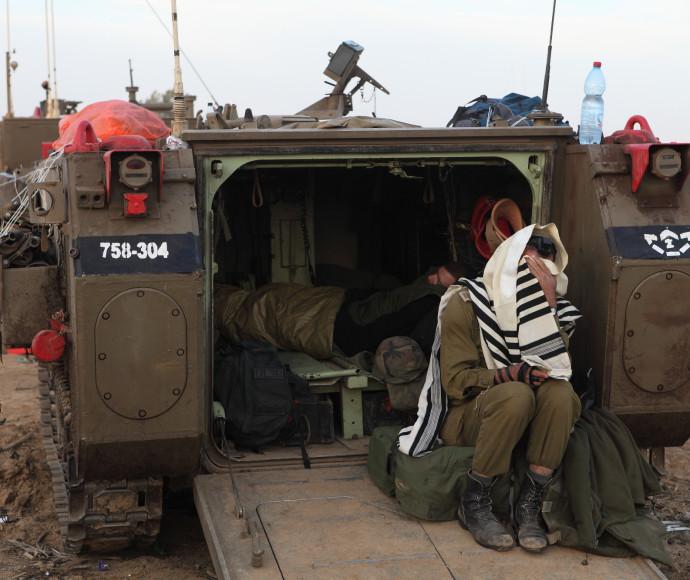 """חייל דתי על נגמ""""ש ליד גבול רצועת עזה"""