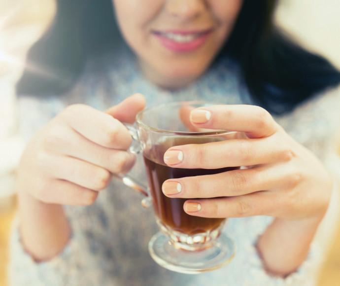 אישה שותה תה, אילוסטרציה