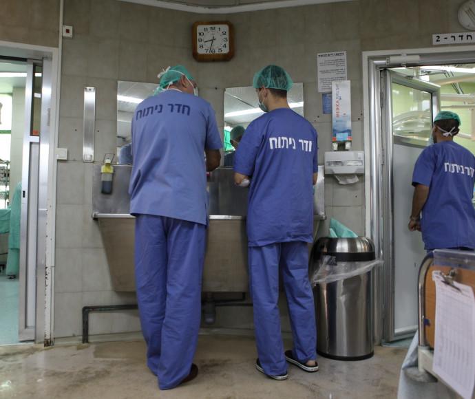 רופאים בחדר ניתוח, אילוסטרציה