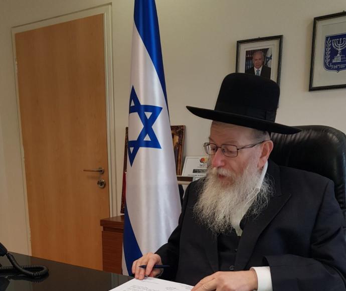 יעקב ליצמן חותם על מכתב ההתפטרות