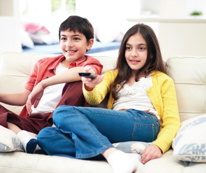 ילדים צופים בטלוויזיה