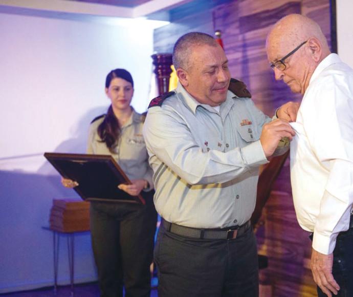 """ישראל יאיר רחלי בטקס עם הרמטכ""""ל גדי איזנקוט"""