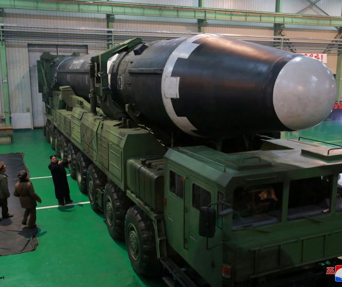 קים ג'ונג און מסתכל על הטיל החדש בפיתוח קוריאה הצפונית