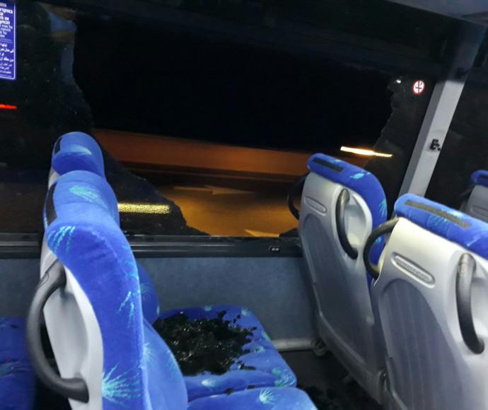 שמשת אוטובוס שנופצה מיידוי אבנים בוואדי ערה