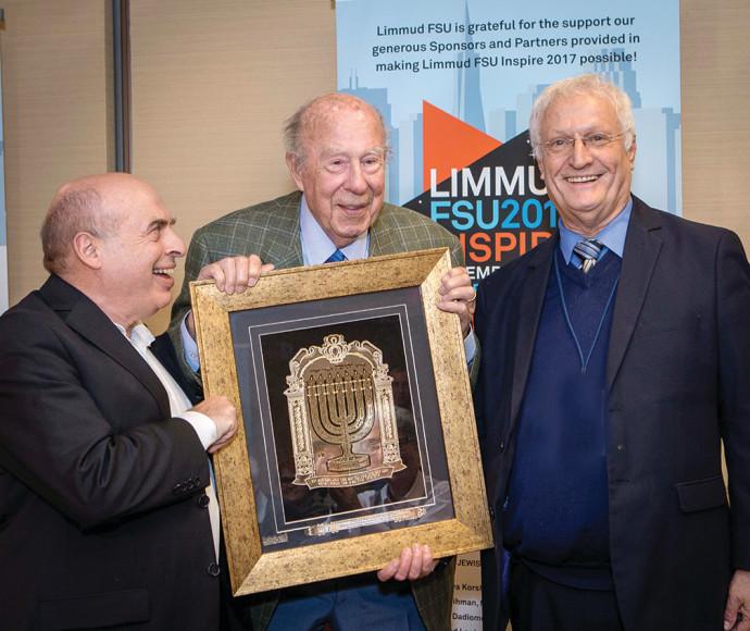"""נתן שרנסקי וחיים צ'סלר, מייסד """"לימוד FSU"""", מעניקים לשולץ אות מיוחד בכנס בסן פרנסיסקו. """"תיזכר כמשחרר"""