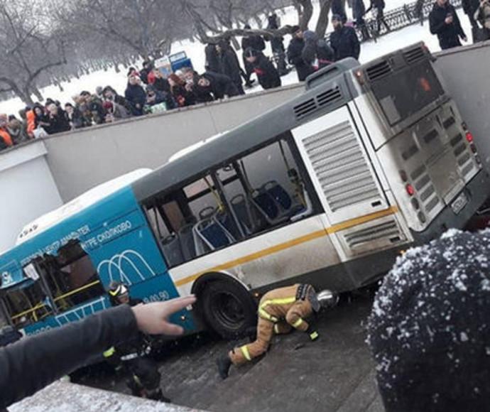 האוטובוס נכנס לרכבת התחתית במוסקבה