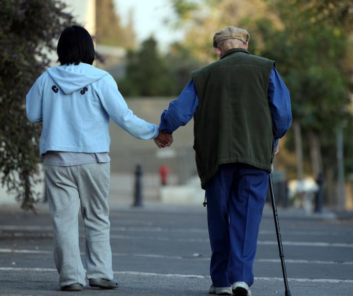 עובדת זרה עם קשיש. אילוסטרציה