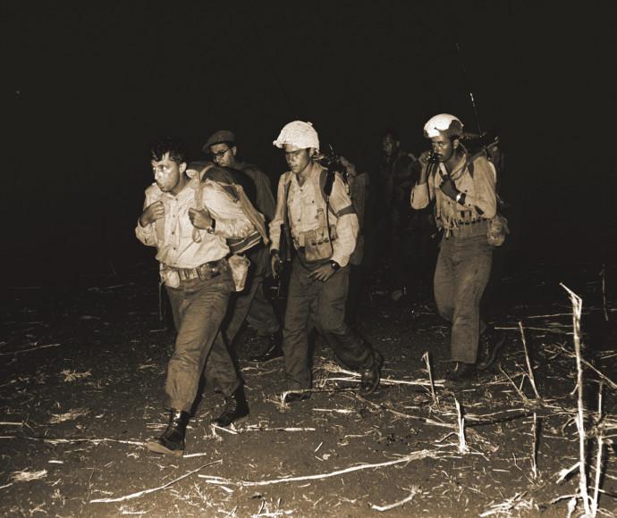 אריק שרון מוביל את הצנחנים לפעולה בשנות ה-50
