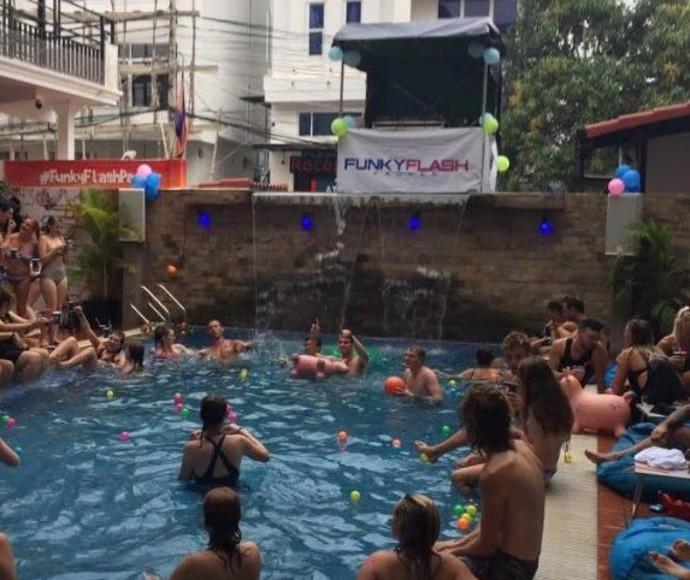 מסיבת בריכה בקמבודיה