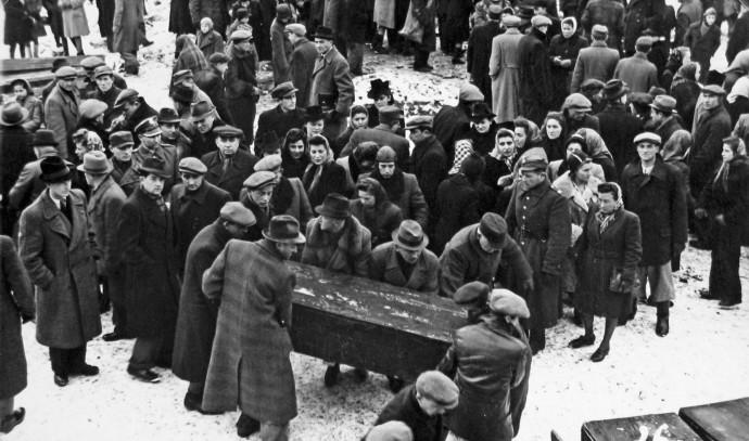 ניצולי צ'נסטוחובה מביאים למנוחות את הנרצחים בגטו