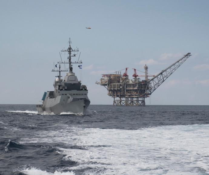 ספינות חיל הים לצד אסדות הגז