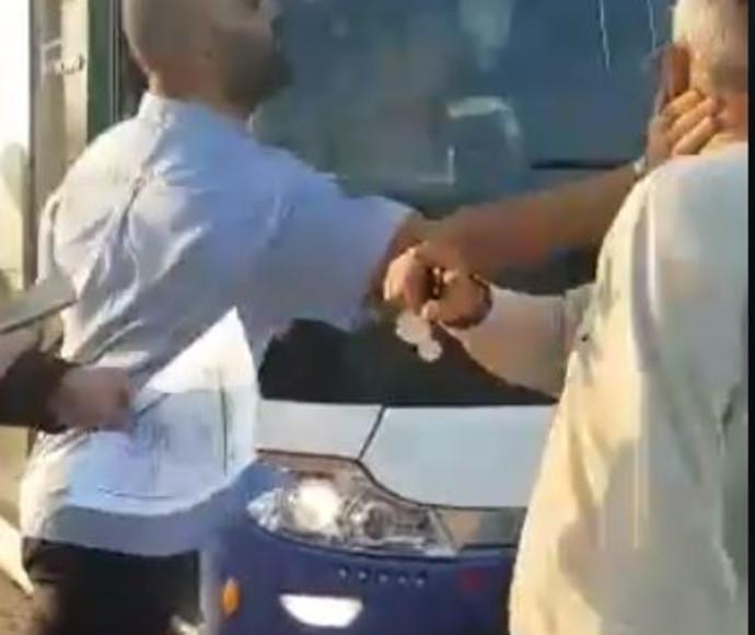 נהג אוטובוס מכה איש מבוגר