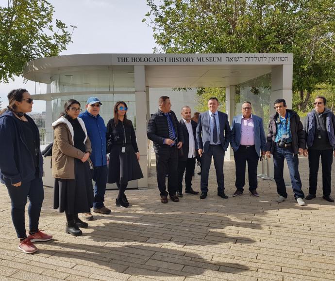 חברי משלחת העיתונאים הערבים בסיור ביד ושם