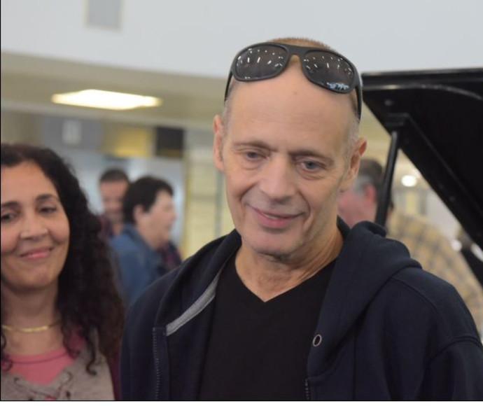 אדם בשחרורו מבית החולים