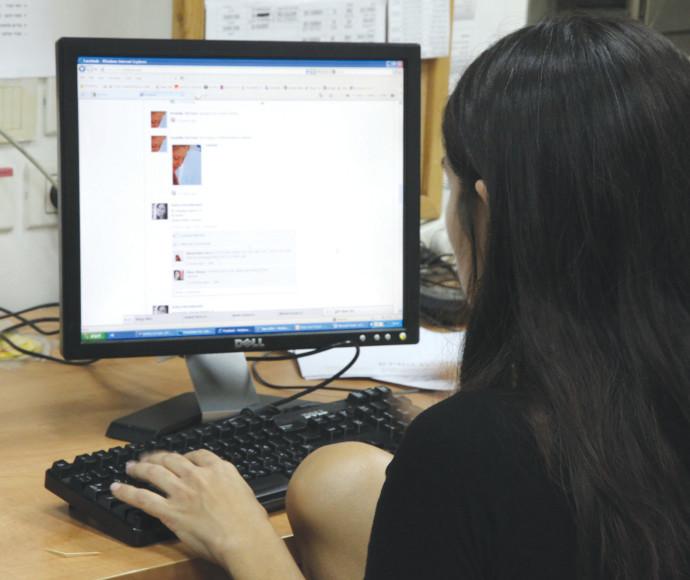 אישה מול מחשב, למצולמת אין קשר לכתבה