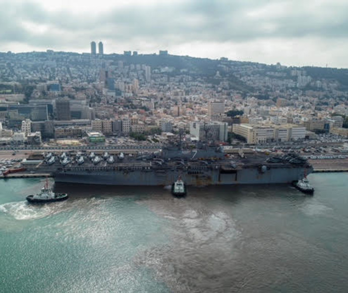 """נושאת מטוסים מארה""""ב בנמל חיפה"""