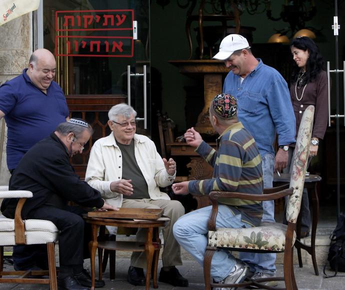 מנחם תלמי (במרכז) עם הפרלמנט היפואי
