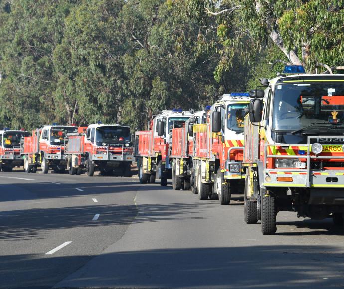 רכבי כיבוי אש בדרכם להיאבק בשריפות ליד סידני
