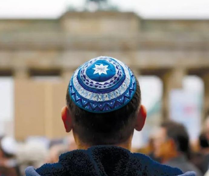 יהודי עם כיפה לפני מחאה נגד אנטישמיות ברלין, 2014
