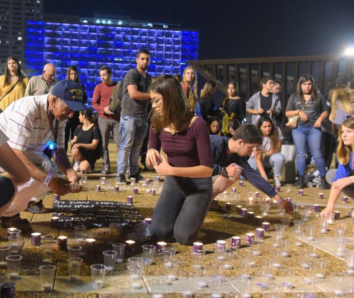 צעירים בכיכר רבין מדליקים נרות לזכר ההרוגים באסון הערבה