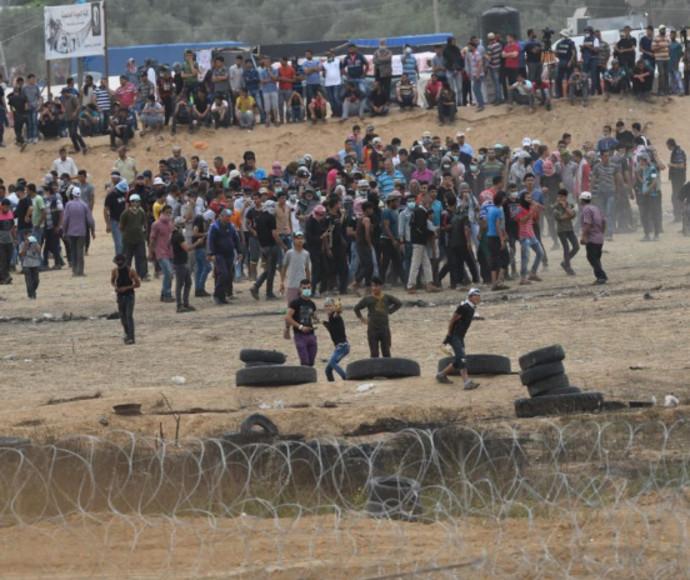 פלסטינים מתפרעים בגבול רצועת עזה