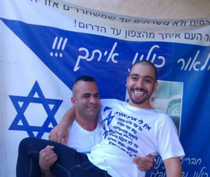 אלאור אזריה לאחר השחרור בזרועות גיסו יוסי גוזלן