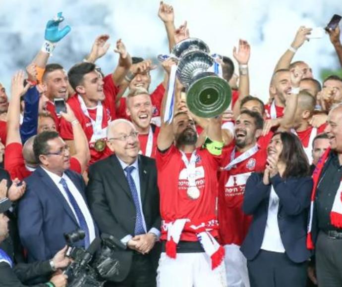 שחקני הפועל חיפה בכדורגל מניפים את גביע המדינה