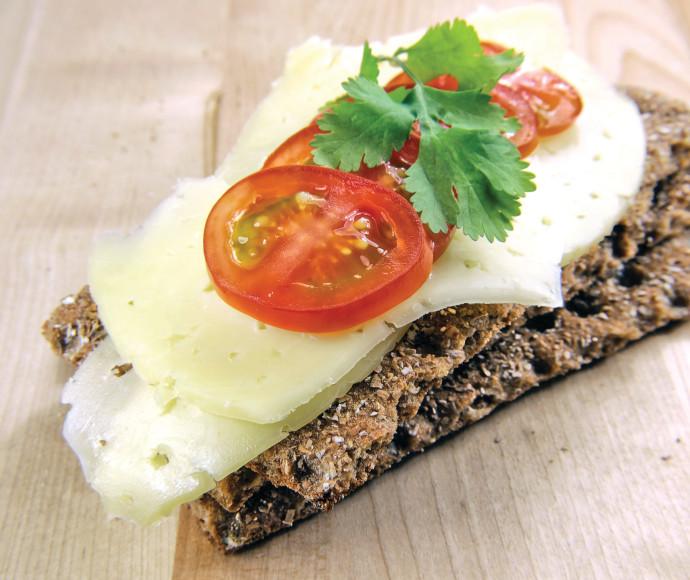קרקר סנדוויץ כריך גבינה צהובה