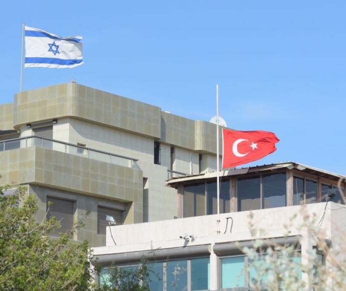 שגרירות טורקיה הורידה את הדגל לחצי התורן